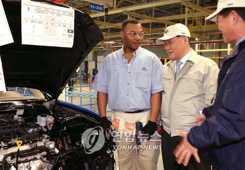 Hyundai Motor Group Chairman Chung Mong-koo (C) visits Hyundai's car plant in Alabama.