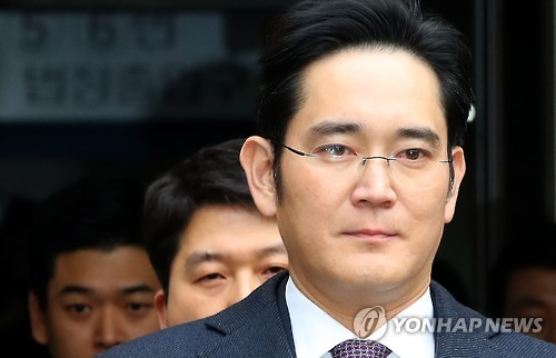 Lee Jae-yong, vice chairman of Samsung Electronics Co., leaves the Seoul Central District Court on Jan. 18, 2017, after attending a hearing to review the legality of his detention. The special prosecutor sought an arrest warrant for Lee, Samsung's de facto leader, on bribery charges in connection with the scandal that has led to President Park Geun-hye's impeachment.