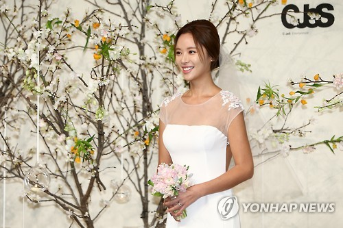 Actress Jwang Jung-eum poses for photos before her marriage in Seoul on Feb. 26, 2016.