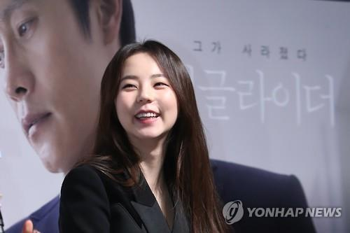 "In this file photo, actress An So-hee speaks to reporters at a media event for her movie ""Single Rider"" on Jan. 16, 2017, at a theater in southern Seoul."