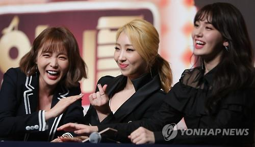 "Trot singer Hong Jin-young (1st from L), former 2NE1 star Gong Minzy (C) and ex-I.O.I member Jeon So-mi (1st from R) pose for the camera at a media event for season two of ""Sister's Slamdunk"" held on Feb. 8, 2017, at the Time Square mall in western Seoul."