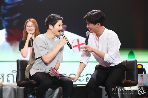 Actor Song Joong-ki (L) and Park Bo-gum laugh during the latter's fan meeting in Bangkok on Feb. 11, 2017.