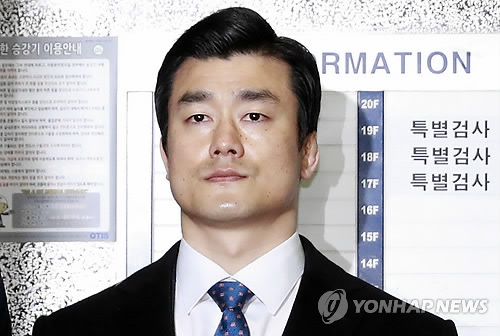 Presidential aide Lee Young-seon arrives at the special prosecutors' office in southern Seoul to undergo questioning on Feb. 24, 2017. He was called in as a suspect over allegations that he helped uncertified medical practitioners enter the presidential office Cheong Wa Dae without leaving official records.
