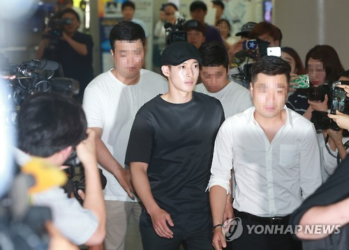 This file photo, dated July 8, 2016, shows singer-actor Kim Hyun-joong attending a hearing at the Seoul Central District Court over a legal battle against his ex-girlfriend. Identified only by her surname Choi, she filed a suit in April 2015, seeking 1.6 billion won (US$1.45 million) in compensation. (Yonhap)