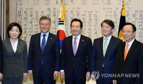 National Assembly Speaker Chung Sye-kyun (C) and presidential candidates -- Sim Sang-jeung (L) of the Justice Party, Moon Jae-in of the Democratic Party (2nd from L) and Ahn Cheol-soo (2nd from R) of the People's Party -- pose for a photo before their talks on a constitutional revision at the National Assembly in Seoul on April 12, 2017. (Yonhap)