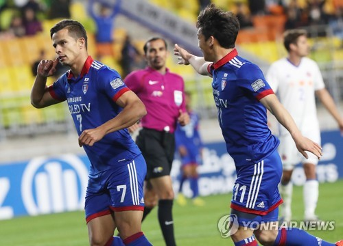 Suwon Samsung Bluewings striker Johnathan (L) celebrates scoring a goal against Eastern SC during their AFC Champions League Group G match at Suwon World Cup Stadium in Suwon, Gyeonggi Province, on April 12, 2017. (Yonhap)