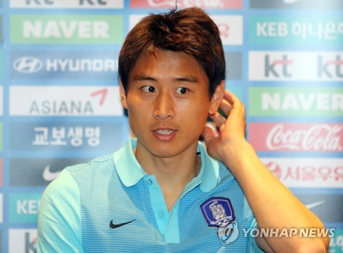 In this file photo taken on March 20, 2017, South Korean midfielder Koo Ja-cheol speaks to reporters at a hotel in Changsha, China, ahead of the 2018 FIFA World Cup qualifying match between South Korea and China. (Yonhap)