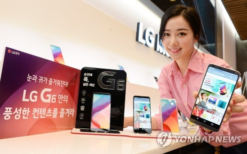 A model poses with the G6 smartphone in this photo released by LG Electronics Inc. on April 18, 2017. (Yonhap)