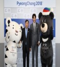 In this photo provided by the organizing committee for the 2018 PyeongChang Winter Olympics, actor Kim Woo-bin (R) stands next to Lee Hee-beom, head of the organizing committee, after being named an honorary ambassador for PyeongChang on April 13, 2017, in PyeongChang, Gangwon Province. Flanking the two are Soohorang (L) and Bandabi, the mascots for the 2018 Winter Olympics and Winter Paralympics. (Yonhap)