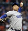 In this Associated Press photo, Ryu Hyun-jin of the Los Angeles Dodgers throws a pitch against the San Francisco Giants at AT&T Park in San Francisco on April 24, 2017. (Yonhap)