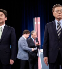 he South Korean presidential candidates Ahn Cheol-soo, left, and Moon Jae-in before a televised debate in Seoul on Sunday. Credit Pool photo by Kim Hong-Ji