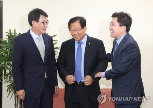 Reps. Kim Kwang-soo (L), Yoo Hu-duk (C) and Kim Yong-tae, the representatives of the People's Party, Democratic Party and Bareun Party, respectively, meet to discuss the parliamentary cofirmation of Prime Minister-nominee Lee Nak-yon at the National Assembly on May 30, 2017. (Yonhap)