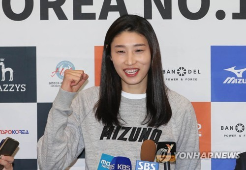 In this file photo taken on May 8, 2017, South Korean volleyball player Kim Yeon-koung poses for a photo during a press conference at Incheon International Airport in Incheon. (Yonhap)