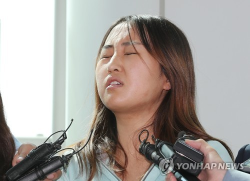 Chung Yoo-ra, the daughter of former South Korean President Park Geun-hye's close friend, grimaces in an interview with local media at Incheon airport, west of Seoul, on May 31, 2017, after being extradited from Denmark a day earlier. (Yonhap)