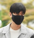Wearing a black mask, actor Lee Min-ho arrives at the Gangnam Ward Office on May 12, 2017, to start his military service. (Yonhap)