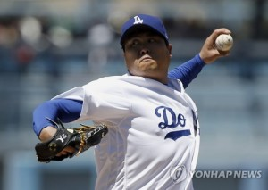 In this Associated Press photo, Ryu Hyun-jin of the Los Angeles Dodgers throws a pitch against the Philadelphia Phillies during their major league game at Dodger Stadium in Los Angeles on April 30, 2017. (Yonhap)