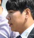 Pittsburgh Pirates infielder Kang Jung-ho leaves the Seoul Central Distric Court following his appeals hearing over a drunk driving sentence on May 18, 2017. (Yonhap)