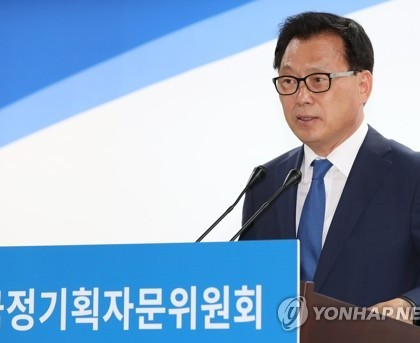 This photo, taken on May 22, 2017, shows Park Kwang-on, the spokesman for the State Affairs Planning Advisory Committee, speaking during a press conference at its office in Seoul. (Yonhap)