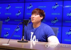 Los Angeles Dodgers pitcher Ryu Hyun-jin speaks in a press conference after winning a Major League Baseball game against the Philadelphia Phillies at Dodger Stadium in Los Angeles on April 30, 2017. (Yonhap)