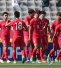 South Korean under-20 national football team players react after conceding a goal to Senegal during their friendly match at Goyang Stadium in Goyang, Gyeonggi Province, on May 14, 2017. (Yonhap)