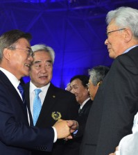 President Moon Jae-in, left, greeted the North Korean delegation during the opening ceremony of the World Taekwondo championship in Muju, South Korea, on Saturday. Credit Kim Ju-Hyoung/Yonhap, via Associated Press