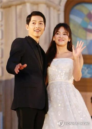 A file photo of South Korean actor Song Joong-ki (L) and actress Song Hye-gyo (Yonhap) A file photo of South Korean actor Song Joong-ki (L) and actress Song Hye-gyo (Yonhap)