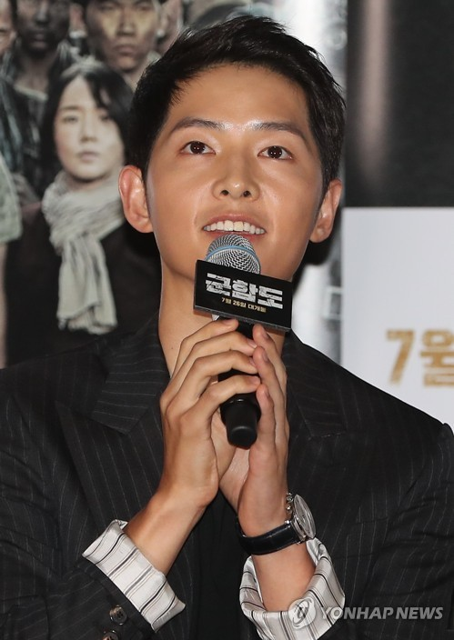 "Actor Song Joong-ki speaks to reporters at a press conference for his new movie ""The Battleship Island"" on July 19, 2017, at CGV Yongsan in central Seoul. (Yonhap)"