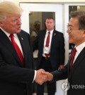President Moon Jae-in and U.S. President Donald Trump shake hands during a meeting in Hamburg on July 7, 2017. (Yonhap)