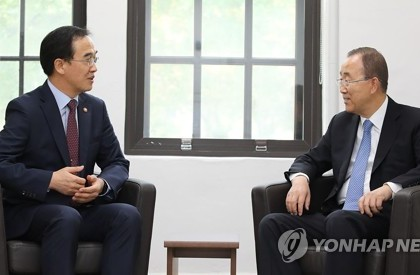 Unification Minister Cho Myoung-gyon pays a courtesy call on former United Nations Secretary-General Ban Ki-moon at Yonsei University in Seoul on July 26, 2017. (photo courtesy of the Ministry of Unification)