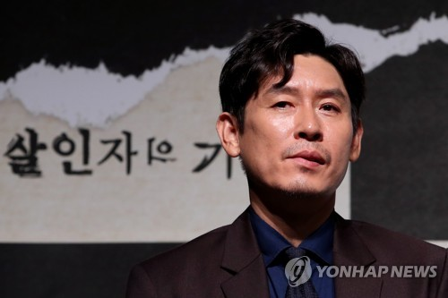 "Actor Seol Kyung-gu poses for photographers during a news conference at a Seoul theater on Aug. 8, 2017, to promote ""Memoir of a Murderer."" The Korean crime thriller opens in September. (Yonhap)"