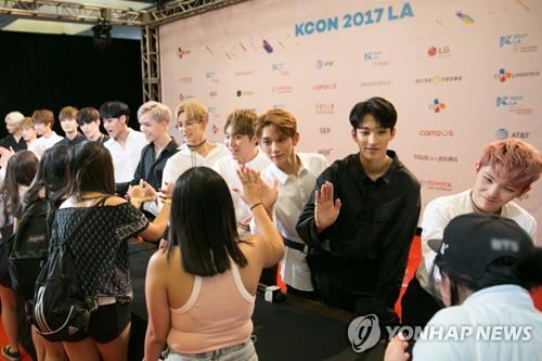 K-pop boy band Seventeen greets fans at a meet-and-greet event held at KCON LA 2017 in Los Angeles from Aug. 18-20. Photo courtesy of CJ E&M. (Yonhap)