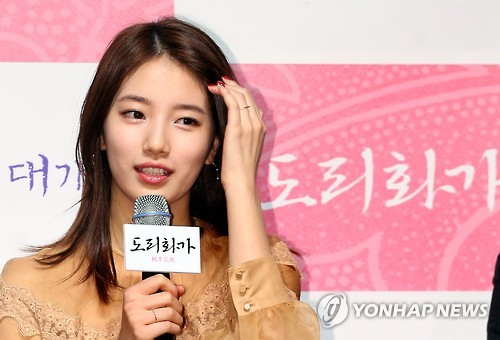 "In this file photo, singer-actress Suzy responds to reporters' questions during a publicity event for her movie ""The Sound of A Flower"" in Seoul on Oct. 29, 2015. (Yonhap)"