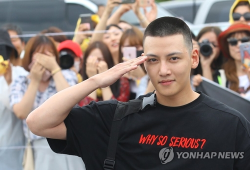 Actor Ji Chang-wook performs a military salute before reporters in front of a boot camp in Cheorwon, Gangwon Province, on Aug. 14, 2017. (Yonhap)