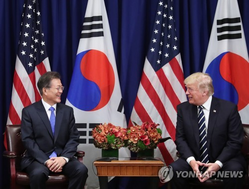 South Korean President Moon Jae-in (L) and U.S. President Donald Trump hold a bilateral summit on the sidelines of the U.S. General Assembly in New York on Sept. 21, 2017. (Yonhap)