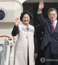 President Moon Jae-in and first lady Kim Jung-sook wave before departing for the United States, at Seoul Air Base in Seongnam, south of Seoul, on Sept. 18, 2017. (Yonhap)