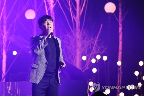 "Singer-actor Im Chang-jung performs on stage during a media showcase for his new EP album ""Do You Know This Person"" at Blue Square Hall in central Seoul on Oct. 23, 2017. (Yonhap)"