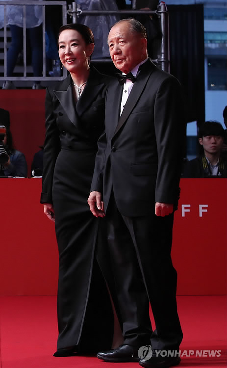 Kang Soo-youn, executive director of the Busan International Film Festival (BIFF), and Kim Dong-ho, chairman of the BIFF board, walk on the red carpet to attend the opening ceremony of the 22nd BIFF on Oct. 12, 2017. (Yonhap)