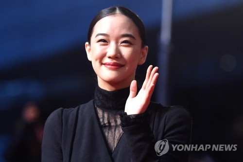 Japanese actress Yu Aoi waves to her fans while walking on the red carpet before the opening ceremony of the 22nd BIFF on Oct. 12, 2017. (Yonhap)