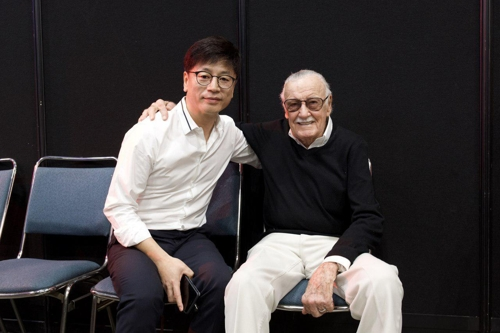 In this undated photo provided by Dexter Studios, South Korean director Kim Yong-hwa (L) poses for the camera with Stan Lee, Marvel Comics legend. (Yonhap)