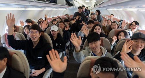 This photo, provided by the Joint Press Corps on Jan. 31, 2018, shows South Korean non-Olympic skiers waving aboard a South Korean plane bound for the North's eastern port city of Wonsan for inter-Korean ski training at a ski resort in the North. (Yonhap)