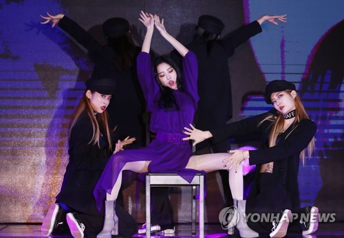 "Singer Sunmi performs during a press showcase for her new single ""Heroine"" at a Seoul hotel on Jan. 18, 2018. (Yonhap)"