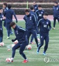 In this file photo taken Dec. 15, 2017, South Korean football players train at the West Field near Ajinomoto Stadium in Tokyo ahead of their East Asian Football Federation E-1 Football Championship match against Japan. (Yonhap)