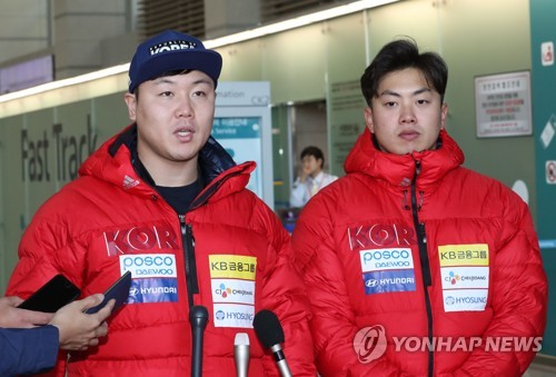 This file photo taken Oct. 23, 2017, shows the South Korean bobsleigh team of Won Yun-jong (L) and Seo Young-woo speaking to reporters at Incheon International Airport. (Yonhap)