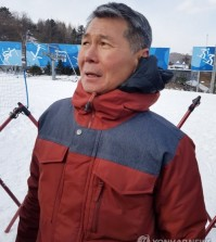 Kim Jong-jin, father of U.S. snowboarder Chloe Kim, speaks to reporters at Phoenix Snow Park in PyeongChang, some 180 kilometers east of Seoul, after watching his daughter's performance in the women's halfpipe event at the PyeongChang Winter Olympics on Feb. 12, 2018. (Yonhap)