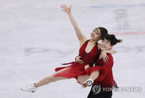 U.S. figure skaters Maia and Alex Shibutani perform their free dance at the PyeongChang Winter Olympics figure skating ice dance competition at Gangneung Ice Arena on Feb. 20, 2018. (Yonhap)
