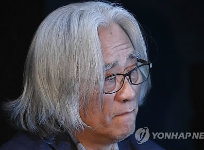 Lee Youn-taek, a master theatrical director-writer, attends a press conference in Seoul on Feb. 19, 2018, to apologize to victims of his sexual misdeeds. (Yonhap)