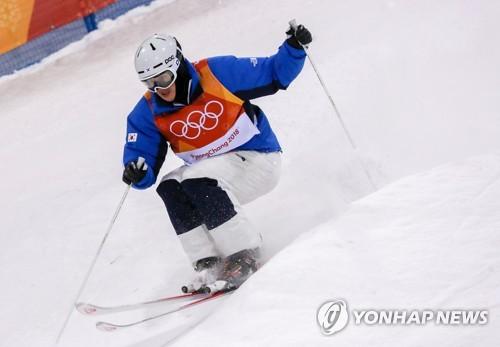 This file photo taken Feb. 12, 2018, shows South Korea's Kim Ji-hyon competing in the men's moguls at the PyeongChang Winter Olympics at Phoenix Snow Park in PyeongChang, Gangwon Province. (Yonhap)