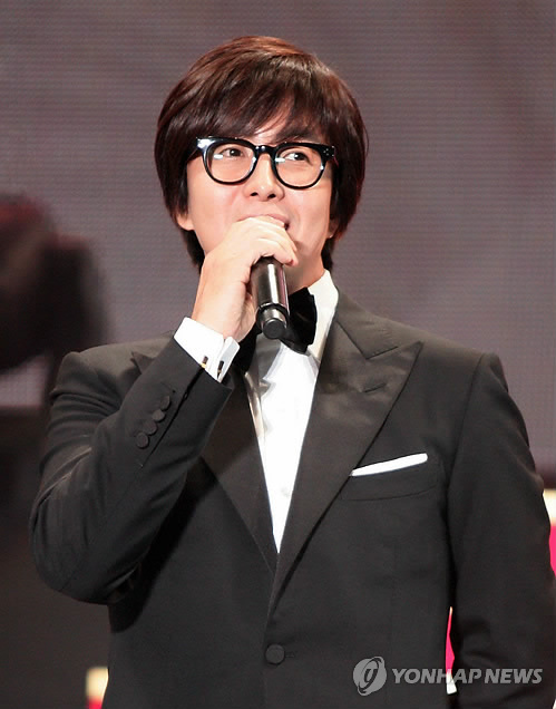 South Korean Actor Bae Yong-joon speaks at an event in Chiba, Japan on Oct. 20, 2013, to mark the 10th anniversary of the arrival of Hallyu, or the Korean Wave, in Japan. (Yonhap)
