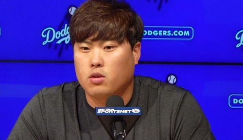 Ryu Hyun-jin of the Los Angeles Dodgers speaks at a press conference after beating the Oakland Athletics in a major league regular season game at Dodger Stadium in Los Angeles on April 10, 2018. (Yonhap)