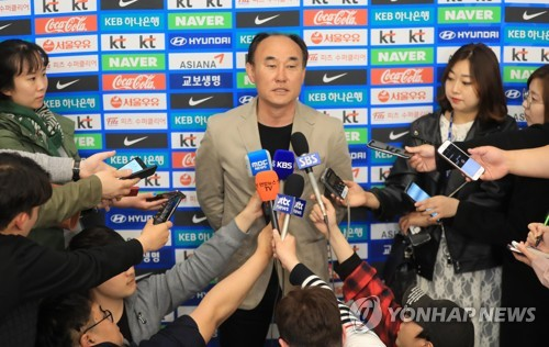 South Korea men's under-23 national football team head coach Kim Hak-bum speaks to reporters at Incheon International Airport in Incheon on April 24, 2018. (Yonhap)